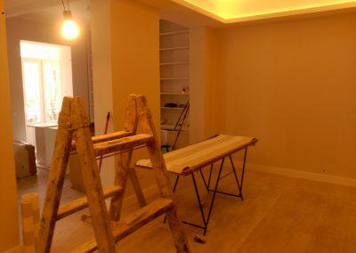 Salón de piso en proceso de pintado
