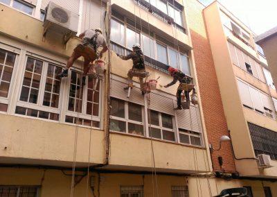 pintando fachada de edificio