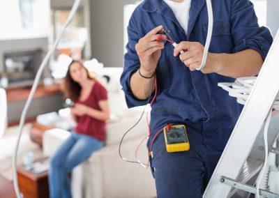 Operario con pequeña reparación electricidad